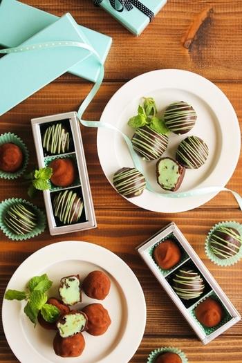 ホワイトチョコをミントシロップとミントリキュールで味付けします。着色料でミントグリーンにして、ココアとチョコレートでコーティング!断面も美しいですね。ミントチョコ好きの方への差し入れにもおすすめ。