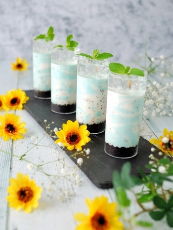 白とミントカラーでマーブル模様を表現したチョコミントムース。ミントカラーは濃いめに作っておくと、美しいマーブルに仕上がります。一番上にサイダーのジュレをのせればできあがり。チョコミントムース・サイダージュレ・ココアビスケットの3つの味が楽しめる、夏にぴったりのデザートです♪