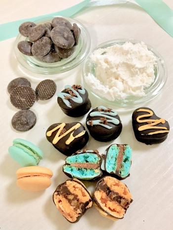 マカロンにミントリキュールとドライミントのチョコガナッシュを挟んで。最後にチョコレートをコーティングしたらできあがり。パクっと食べられるサイズ感がいいですね。