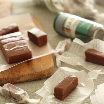生クリームや水あめを使わずに作る生キャラメルは、板チョコとペパーミントを加えてチョコミントに。キャラメルの煮詰め方で固さが変わるので、お好みで調節しましょう。ミント効果ですっきりとした美味しさです。