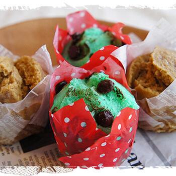 生地にミントエッセンスとチョコチップを加えて、蒸しパンをチョコミントカラーにおめかし♪見た目も華やかで、ミントの香りとチョコの甘さがふわっと広がります。