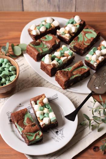 濃厚なチョコブラウニー×ミントの組み合わせ。ミントチップとマシュマロをたっぷりとのせたタイプと、ミントチョコを入れてマーブル状に焼き上げたものの2種類。濃厚なチョコと清涼感のあるミントで満足感いっぱい!