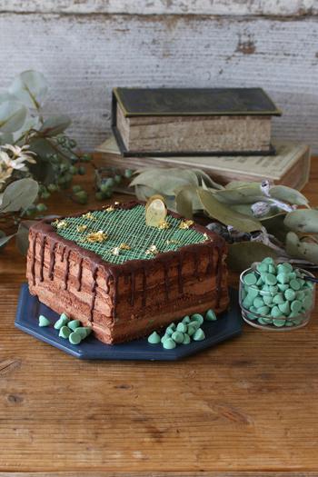 チョコスポンジにミントチップを加えたチョコクリームを挟んだケーキ。仕上げにミントクリームでデコレーションすればできあがり。チョコミント好きの方のバースデーケーキにいかがでしょうか?