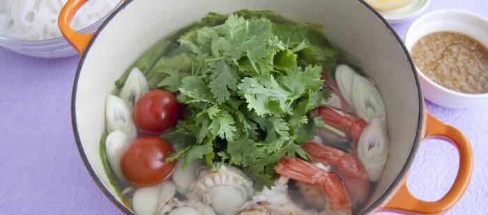 パクチーをたっぷりとのせたエスニック風の鍋。えびとホタテを加えると豪華になるだけでなく、スープに旨みが加わります。シメにはフォーがおすすめ。ひんやりと冷たくしても美味しくいただけそうですね。