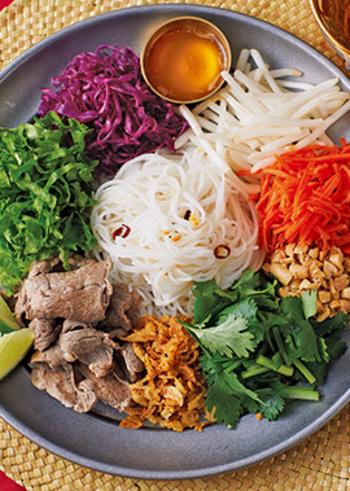 フォーを使ったベトナム風の野菜がたっぷり和え麺。香菜やピーナッツなどの食感が楽しく、満足感も◎ライムの爽やかな酸味がアクセントになっています。