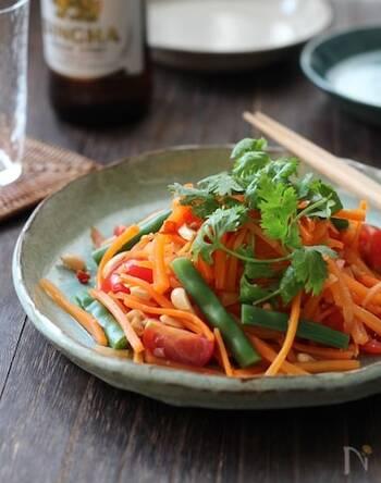 青パパイヤで作るサラダ「ソムタム」をにんじんでアレンジ。千切りにして食感よく仕上げています。ノンオイルでヘルシーなのもうれしいポイント◎干しエビとパクチーで風味豊かなサラダに。