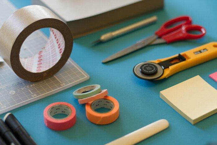 【補修方法〜取れたページを直す〜】 ・糊を接合部につけて張り合わせる ・輪ゴムや重石を使って1日程度そのままにする  ページが破れた時は補修テープを貼るだけでOKです。補修、と聞くと難しいと感じるかもしれませんが、方法や使用するものさえあれば簡単です。