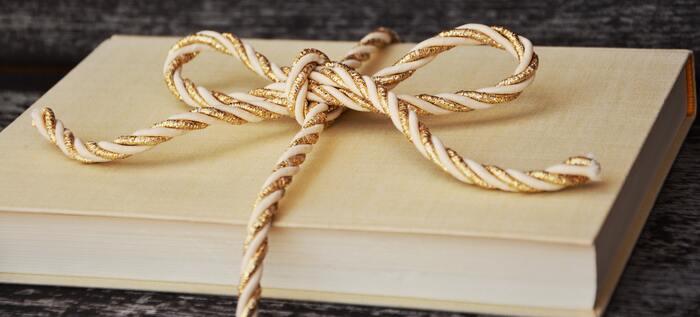 毎月届けてもらえるので、子どもにとってはプレゼント感覚で楽しめますし、親としては選ぶ手間が省けます。定番から新作まで届くので毎月の楽しみになりますよ。また、届く絵本の種類を決めることもできるので、サービス内容はよく確認してください。