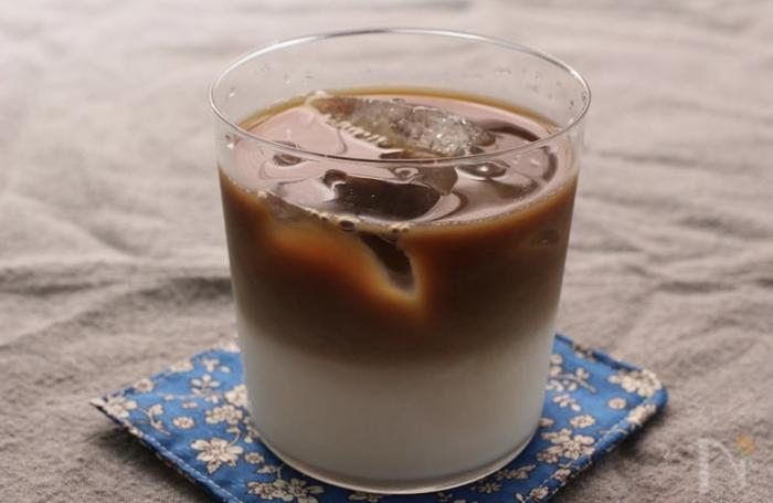 喫茶店やカフェで出てくるような、2層のカフェオレ。比重の重い牛乳を先に入れ、上からコーヒーをゆっくりと静かに氷に当てながら注ぐことがポイント。コーヒーは、すこし濃ゆめがおすすめです。お家でも、お気に入りのグラスで2層のカフェオレ、作ってみませんか?