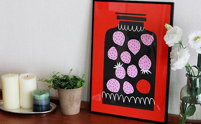アクセントカラーを決めて、いくつかリフレインのように繰り返すように見せるのもいいですね。額装した赤を基調としたポスターを飾ったら、テーブルの上には赤を使った小さなお花をアレンジすると、お部屋がきゅっと引き締まります。