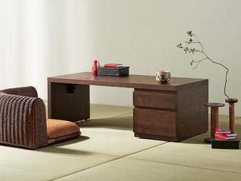 竹や藤といった和風な雰囲気を持つ素材を使った家具なら、畳とも好相性。和の味わいを大切にしながら、モダンなテイストをアレンジできます。モダンな家具は使いやすさもよく考えられたものが多いので、現代の暮らしにも取り入れやすいですね。