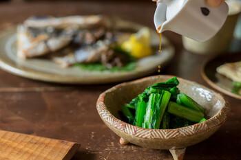 熟成した糀を専用のビン型しぼり器に吊るすと、お醤油と「もろみ」に分かれます。透明感のあるしぼりたて醤油は、ふわりと広がる香りが上品で、お刺身やおひたしにかけていただくと、おいしさを堪能できますよ。  しぼったあとの「もろみ」は、そのまま炊きたてごはんにのせても良いですし、オイルやスパイスを混ぜてオリジナル調味料にしても絶品です。