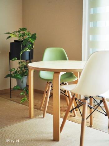 アクセントカラーを、家具そのもので作るのも素敵です。畳のナチュラルなイメージには、すこしくすんだような色味も合います。色数は多くしすぎず、ピンポイントで使っていくとごちゃごちゃした印象になりません。
