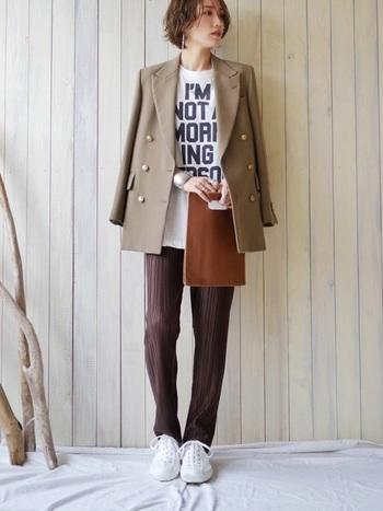 大きめのロゴTには、かっちりと見えるジャケットを羽織って子どもっぽい印象にならないように。パンツとバッグをブラウンでリンクさせ、秋らしい雰囲気を出しましょう。