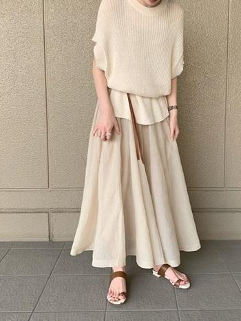 ベージュのスカートは、サマーニットと同色系なので爽やかな印象に。コーデがもたっとしないように、ベルトでブラウジングしましょう。小物の色味をブラウンで統一しているのもポイント。