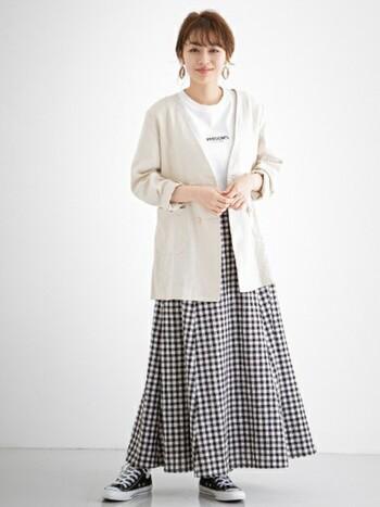 ギンガムチェックのスカートは、ロゴT&スニーカーと合わせてカジュアルダウン。幼く見えないようにノーカラーのジャケットを合わせ、大人っぽいフープピアスを選ぶなどアクセサリーにも気を配りましょう。