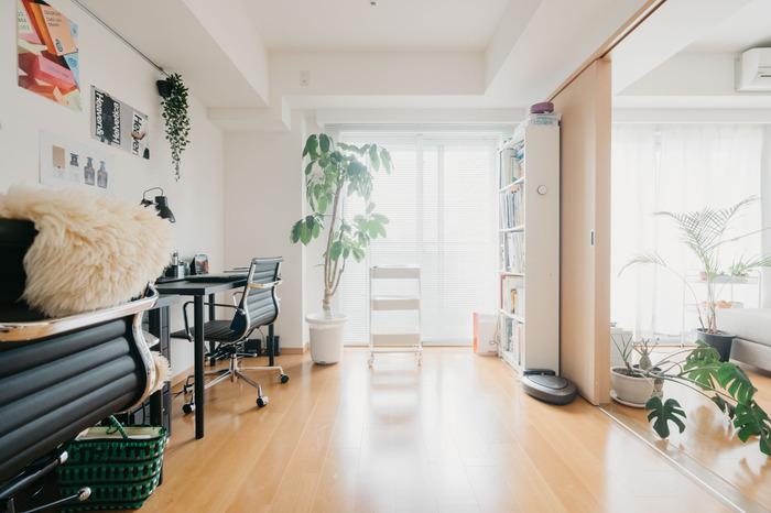 マンションに多いのが、リビングの隣に洋室のある間取りです。こちらのお宅では、隣の部屋を仕事部屋として使用しています。仕事中は引き戸を閉めて集中できる空間に。そのほかの時間帯は開け放ち、広いリビングに見せることもできます。  リビングから見えない位置に、収納力のある背の高い本棚が置いてあるので、圧迫感を感じることはありません。扉の開閉の邪魔にもならず、動線もきちんと確保されています。