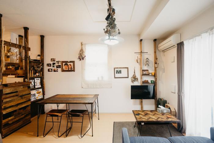 窓が多いのはうれしいことですが、家具の配置を考えると悩ましい一面も。  こちらのお部屋では、ディアウォールを巧みに使い、キッチンカウンターとテレビ台を兼ねた収納棚をDIY。窓が多くて家具の配置が難しい場合は、ディアウォールなど、自在に設置できるアイテムを利用すれば、空間に合わせた収納スペースを確保することができます。