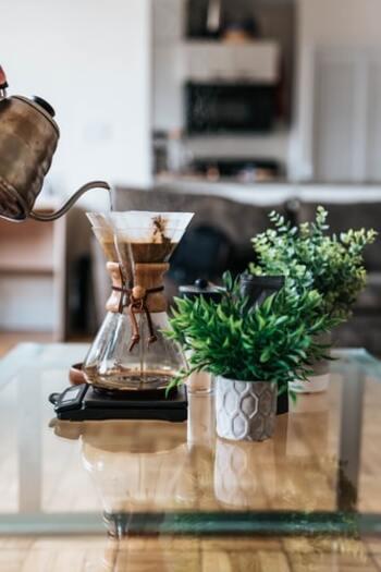 コーヒーや紅茶、白湯などお好みのものを丁寧に淹れて、朝の一杯をじっくりいただきましょう。落ち着いた時間の中でほっと一息つくことで、頭がよりすっきりとします。