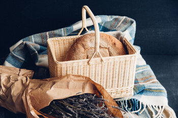自然の素材を使った使い勝手のよい素朴な日用品や荒物雑貨を扱う「松野屋」のバスケット。インドネシア産の籐を長野県で編んだ丈夫なバスケットです。ピクニックやお買い物、インテリアの収納など幅広く活躍しそう。