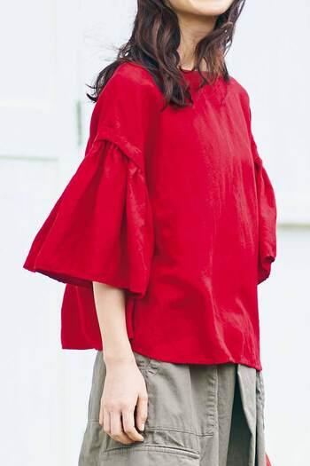 着心地のよい最高の普段着を追求する「sunnyclouds」。袖が大きく広がったボリュームのあるデザインなら、ちらりと伸びた腕を華奢に見せる効果が。コーデの主役になってくれる華やかなレッドカラーです。