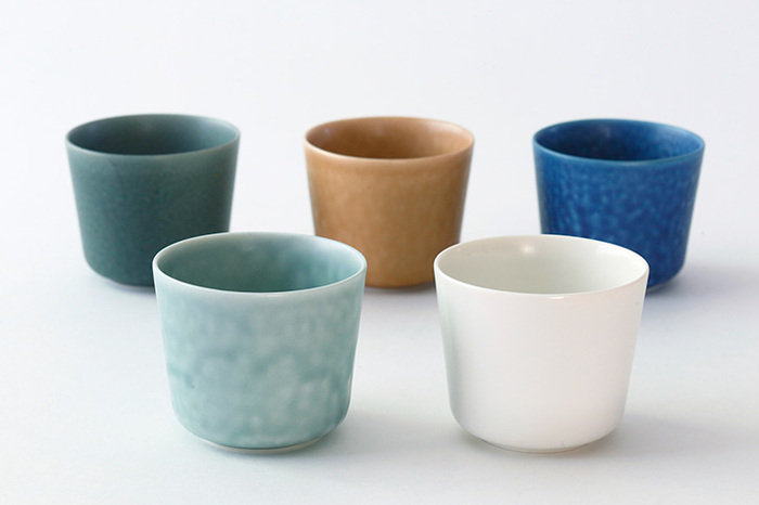 絶妙な色合いの5色展開です。釉の美しさを楽しめるモダンなデザインで、洋食器との相性も良さそうですね。