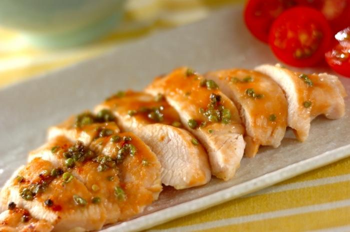 さっぱりした味わいの鶏むね肉に、山椒をきかせた味噌を塗って、魚焼きグリルで焼きます。塩漬け山椒がなければ、瓶詰めの山椒の佃煮などを使うのもいいかも。しびれる辛さと爽やかな香りが、リーズナブルなお肉もワンランクアップさせてくれます。