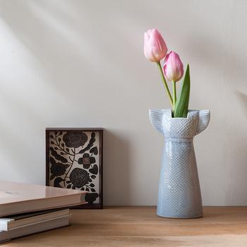 スウェーデンを代表する陶器作家といえば『Lisa Larson(リサ・ラーソン)』。こちらは。爽やかなサマードレスをモチーフに作られたワードローブシリーズ。オブジェとしても存在感を放ちますね。高さは17cmあるので、チューリップのような茎の長い花を挿すのにおすすめ。かわいいデザインなのでプレゼントとしても喜ばれそうです♪