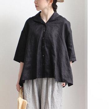 「yuni」は抜け感のある柔らかなデザインが特徴。フレンチリネンの開襟シャツはメンズライクな中にも上品さが。ゆとりのある肩のラインが、すとんとシャープな腕を演出。