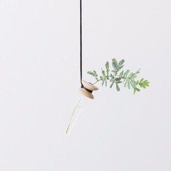 ガラスの試験管に花やグリーンを一輪挿して、壁やカーテンレールに吊るすと空間に動きが出ます。ひとつだけ飾ってもよいですし、二つ三つを紐の長さを変えて飾ってもおしゃれ。ほんの少しの小さな花だけでお部屋に変化を持たせてくれます。