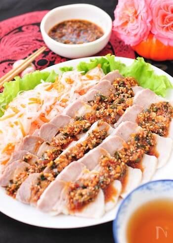 さっぱりした麺もいいけれど、ガツンとお肉も食べないと、暑さは乗り切れないですね。花椒がきいた薬味たっぷりのピリ辛だれで楽しむ蒸し豚は、さっぱりした味わいでどんどん食べられます。
