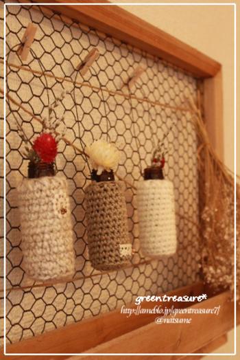 飲み終わった後、すぐに捨ててしまう空き瓶も簡単リメイクで一輪挿しに変身。お気に入りの糸で瓶のカバーを編めば、それだけで素敵に。吊り下げたいなら、瓶にワイヤーを巻いてからカバーをかぶせればOK。飾りたいイメージに合わせて作ることができますね。