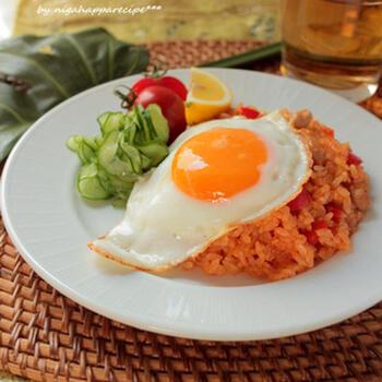 インドネシア料理の代表格「ナシゴレン」に、サンバルは欠かせません。日本の材料を使っても、サンバルさえ入れれば、南の国の味になります。目玉焼きをトッピングして、ワンプレートランチにぴったりです。