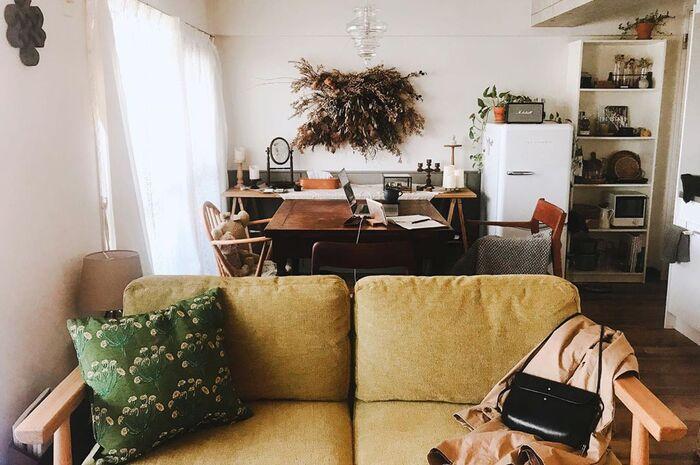 ソファの背もたれをダイニングに向けて置くと、視覚的に空間を分けることができます。 ソファに腰掛けた状態からはキッチンやダイニングが見えないので、リビングがよりリラックスできる空間になるでしょう。  間仕切りのためのパーテーションや家具を増やさずに済むので、思い立ったらすぐに試せるレイアウトです。また、家具を増やさない=床面積を保ったまま部屋を仕切ることができるので、窮屈感が少ないというメリットもあります。