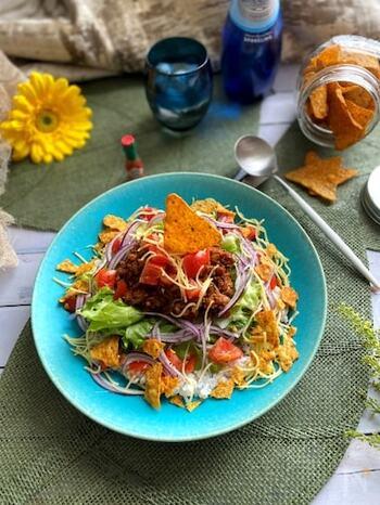 あっという間にできる、チリパウダーを使ったスパイシーなタコライス。トルティーヤチップスを加えると本格的ですね。暑い日のお昼ご飯にぴったりな、簡単でおしゃれな一品。