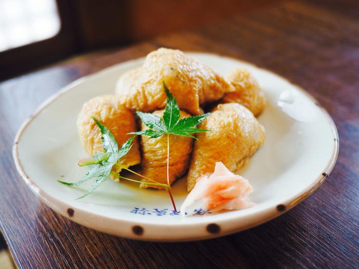 小ぶりで食べやすい「祢ざめ家」のいなり寿司は、酢飯に黒ごまと麻の実が入っているのが特徴。食べるごとにプチっと心地よい食感を感じ、爽やかな風味が広がります。テイクアウトも可能なので、京都のお土産にいかがでしょうか?