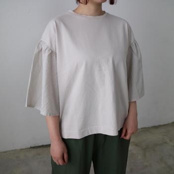 カットソーに布帛(織物)の袖を組み合わせた、異素材で作るこだわりのデザイン。ボリューム感のある袖で腕に余裕を持たせてあげることで、二の腕が目立ちにくくなりますよ。