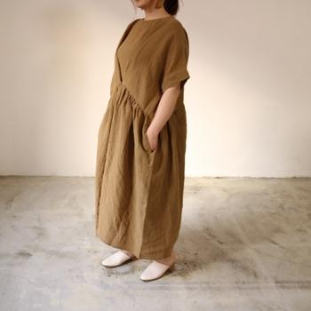 リネン100%で作られたボリューム感のある上質ワンピースは、夏の装いにひとつそろえておきたいアイテム。前面のボタンを外すことでさらにゆったりと着られる2way仕様です。
