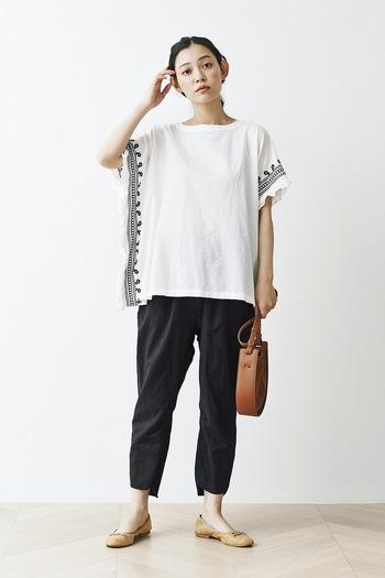 シンプルで上質な日常服を作る「and myera」。ポンチョのような長方形のトップスは、どこかエスニックで夏らしいデザイン。ちょうどよく肩が落ちた袖口が、二の腕をすっきりときれいに◎