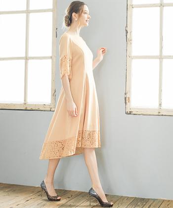 フィッシュテールスカートのシルエットをもつ、ドレス&ワンピースのこと。通常のタイプよりも裾が特徴的で動きがありますので、1枚でパッと華やかな装いに!またお呼ばれシーンであれば、周りとかぶることなく、揺れるヘムでより一層洗練された雰囲気を演出してくれるでしょう。