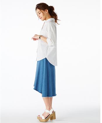 ひざが隠れる上品なミディ丈のデニムフィッシュテールスカートは大人女子にぴったりの一枚。シャツやブラウス、サンダルと合わせることで、夏らしくて大人っぽい装いに!