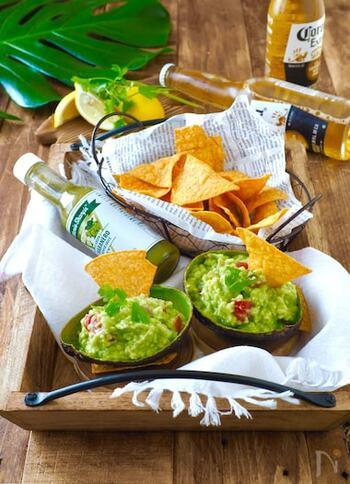 メキシコ料理のワカモレに、市販のハバネロソースを少し加えて。トルティーヤチップスにつけて食べれば、やめられないおいしさ。おもてなしにも出せるおしゃれさですね。