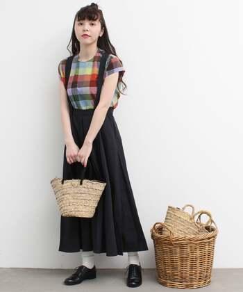 子どもっぽくなりがちなチェック柄トップス×吊りスカートの着こなしも、ブラックを選べば大人ガーリーなコーディネートに。華やかなトップスで目線が上がり、ブラックスカートも重たい印象になりません。