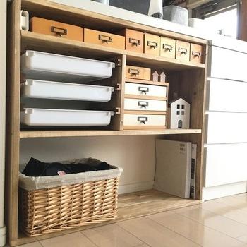 こちらは、キッチンカウンター下にDIYでピッタリに作った棚を活用した収納アイディア。ところどころ引き出しやかごを利用して、さりげなく目隠ししています。  リビングには家族みんなで使うものが集まりやすいため、ものが増えやすく、ごちゃごちゃしやすい場所でもあります。カウンター下に、細々としたものをたくさん収納したい方は、目隠しできる扉付きのキャビネットなどを設置してみてもいいかもしれませんね。