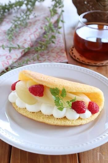 オーブンが無くても作れるのが、オムレットの魅力。桃とクリームチーズ入りのクリームが好相性です。フレッシュな桃や、コンポートを挟んでもいいですね。