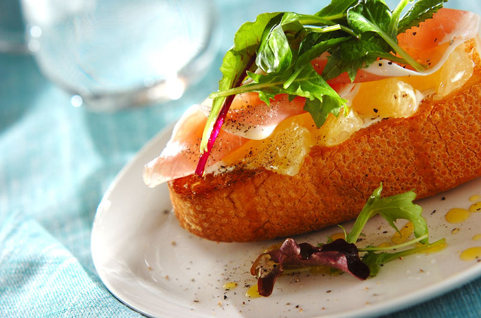 甘すぎず酸味や苦みのあるグレープフルーツは、料理にも合わせやすいフルーツです。まずはバケットにのせて、タルティーヌにして試してみましょう。オシャレな上に、簡単で食べやすいですよ。