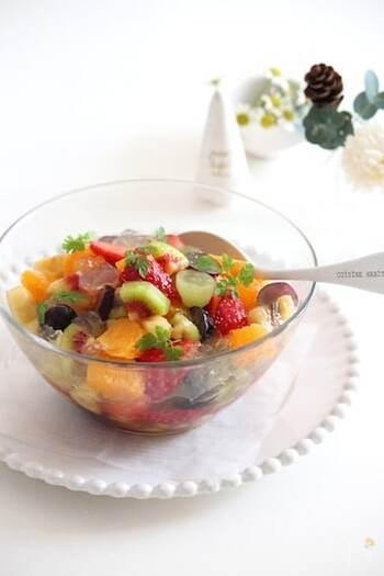 さまざまなフルーツを使ったサラダ、マチェドニアをオシャレにアレンジ。クラッシュゼリーが涼しげです。とりわけやすいので、おもてなしにも。