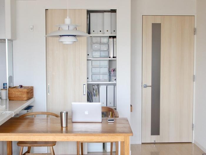 「横長LDK」のお部屋では、広々とした印象の空間にして、一面の窓の解放感を活かしたいですよね。 それなら、ダイニング側の壁面に収納家具を置くのはいかがでしょうか。  こちらのお宅は、作り付けの収納スペースですが、こんなふうに背の高い家具を配置しても圧迫感を感じません。家族みんなが欲しいものをすぐに取り出せるように、扉はいつも開けて使っているそう。
