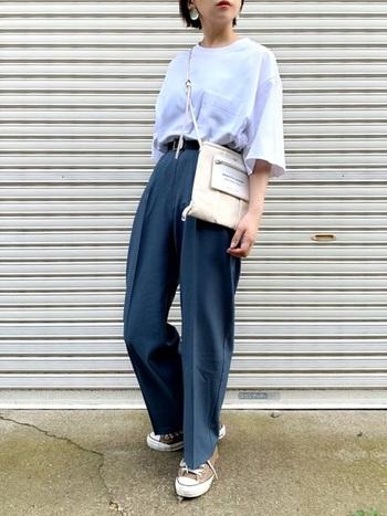 センタープレスの効いたブルーのパンツに、大きめの白Tを合わせてメンズライクに。小ぶりなショルダーバッグを合わせると体のラインが綺麗に見えます。