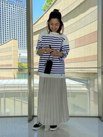 万能プリーツスカートは、ボーダーのトップスを合わせてマリンテイストに。スニーカーを合わせてアクティブにしつつも、プリーツスカートで女性らしさもキープ。